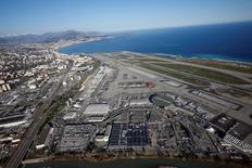 Le processus de privatisation des aéroports de Nice-Côte d'Azur  (photo) et Lyon sera lancé en début de semaine prochaine et le choix des repreneurs interviendra fin juillet ou début août.  La décision finale est prévue fin juillet/début août après consultation des collectivités locales. /Photo prise le 1er mars 2016/REUTERS/Eric Gaillard