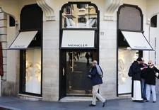 Le spécialiste italien des vêtements d'hiver haut de gamme Moncler publie un excédent brut d'exploitation en hausse de 29% en 2015 et légèrement supérieur aux attentes mais avec une croissance qui a nettement ralenti en fin d'année. /Photo prise le 10 février 2016/REUTERS/Tony Gentile