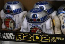 """Peluches del personaje R2-D2 de """"La Guerra de las Galaxias"""" en una repisa antes del inicio de una subasta de juguetes relacionados con la película, en Stockon-on-Tees, Reino Unido. 23 de noviembre de 2015. Tony Dyson, un experto en efectos especiales que construyó el robot R2D2 para la exitosa franquicia """"La Guerra de las Galaxias"""", fue hallado muerto en su casa de la isla maltesa de Gozo, dijeron el viernes autoridades. REUTERS/Phil Noble/Files"""