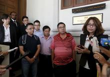 Advogada Sangeet Deo concede entrevista ao lado de familiares de passageiros do voo MH370. 04/03/2016 REUTERS/Olivia Harris