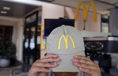 El logo de McDonald's en el gorro de un empleado en un restaurante de Sao Paulo. 24 de febrero de 2015. Un fiscal federal de Brasil inició una investigación civil a Arcos Dorados Holdings Inc, un concesionario de McDonald's Corp, y otras franquicias por presuntas violaciones a las leyes de concesiones, disposiciones antimonopolios y evasión tributaria, dijo el viernes el despacho del fiscal. REUTERS/Nacho Doce
