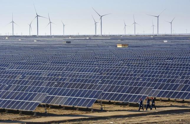 3月5日、中国政府は第13次5カ年計画で、2020年までにエネルギー消費量を標準炭換算で50億トン相当の範囲内に抑制する目標を設定した。写真は新疆ウイグル自治区の太陽光・風力発電所。昨年9月撮影(2016年 ロイター)