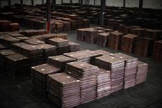 Cátodos de cobre, vistos en un almacen cerca del puerto Yangshan Deep Water, al sur de Shanghái, 23 de marzo de 2012. El cobre y el zinc retrocedían el lunes desde sus mayores niveles en más de cuatro meses, afectados por la fortaleza del dólar y por una toma de ganancias por parte de los inversores tras el alza. REUTERS/Carlos Barria