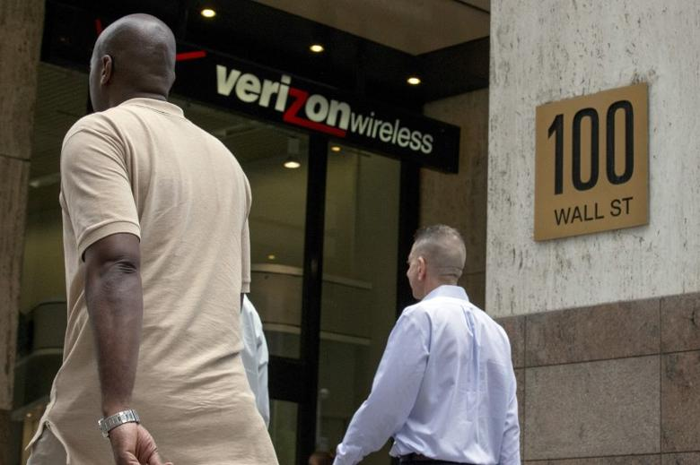 People pass by a Verizon store at 100 Wall St. in New York's financial district May 12, 2015.  REUTERS/Brendan McDermid