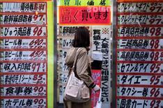 La contraction de l'économie japonaise au quatrième trimestre 2015 a été un peu surestimée dans le cadre de la première évaluation, mais le recul de la consommation des ménages était au contraire sous-évalué. Le produit intérieur brut japonais a reculé de 1,1% et la consommation des ménages a baissé de 0,9%. /Photo prise le 7 mars 2016/REUTERS/Yuya Shino