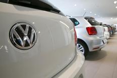 En la imagen, el logo de Volkswagen en un modelo Golf durante una feria de automóviles en Duebendorf, Suiza, el 12 de febrero de 2016. Los fiscales alemanes han ampliado su investigación por el escándalo de emisiones diesel de Volkswagen y están investigando ahora a 17 empleados, desde los seis inicialmente, dijo el martes el fiscal Klaus Ziehe. REUTERS/Arnd Wiegmann