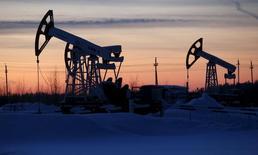 Unidades de bombeo de crudo de la compañía Lukoil en el campo petrolero Imilorskoye, cerca de Kogalym, Rusia, 25 de enero de 2016. Los precios del petróleo subían un 1 por ciento el martes y el referencial Brent tocó máximos de tres meses ante las expectativas de que una estrategia coordinada entre importantes productores de crudo impulsen los valores.  REUTERS/Sergei Karpukhin