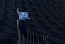 Los países de la Unión Europea intercambiarán información fiscal de compañías multinacionales a partir de una nueva normativa respaldada el martes por los ministros de Finanzas de la UE dirigida a impedir que grandes empresas eludan pagar lo que les corresponde a las arcas estatales. En la imagen, banderas de la UE en la sede de la Comisión, el 12 de enero de 2016. REUTERS/François Lenoir