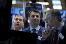 Operadores trabajando en la Bolsa de Nueva York. 4 de marzo de 2016. Las acciones de Estados Unidos caían el martes después de que datos chinos débiles reactivaron los temores de una desaceleración económica global liderada por la segunda mayor economía del mundo. REUTERS/Brendan McDermid