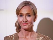 """La autora J.K. Rowling durante un evento de recaudación se fondos para Lumos, su centro de caridad infantil, en el estudio de Warner Bros, en Londres. 9 de noviembre de 2013. Los seguidores de la escritora J.K. Rowling, autora de """"Harry Potter"""", podrán seguir leyendo sobre la saga esta semana cuando su editorial digital Pottermore divulgue una serie de cuatro artículos de hechicería titulados """"Historia de la Magia en América del Norte"""". REUTERS/Olivia Harris"""