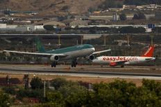 El tráfico en la red de los 46 aeropuertos españoles de Aena <AENA.MC> ha acelerado su crecimiento a principios de 2016, según datos aportados el martes por la ministra de Fomento en funciones, Ana Pastor. En la imagen, dos avionesen el aeropuerto Pablo Ruiz Picasso en Málaga, el 8 de junio de 2015. REUTERS/Jon Nazca