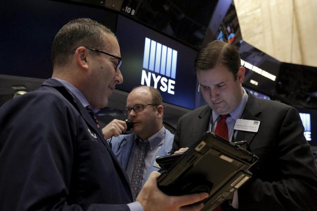 3月8日、米国株式市場は下落した。引けにかけて売りが優勢となり、主要株価指数がこの日の安値近辺で終了。NY証券取引所で4日撮影(2016年 ロイター/Brendan McDermid)