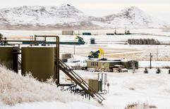 Unidades de bombeo de crudo y otros equipos para producir crudo operando a las afueras de Watford City, EEUU, ene 21, 2016. Los inventarios de petróleo en Estados Unidos subieron a un nuevo récord por cuarta semana consecutiva, pese a que las reservas de gasolina y destilados cayeron más de lo esperado y las importaciones bajaron, mostraron el miércoles datos de la gubernamental Administración de Información de Energía.   REUTERS/Andrew Cullen
