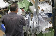 Las exportaciones alemanas cayeron por segundo mes consecutivo en enero, mientras que las importaciones subieron más de lo esperado, mostraron datos el jueves, en una señal de que la debilidad de la demanda externa limitó el crecimiento de la mayor economía de Europa a principios de 2016. En la imagen, un empleado trabaja al final de una línea de asamblaje de la compañía Hansgrohe, en Schiltach, Alemania, el 3 de noviembre de 2014.  REUTERS/Vincent Kessler