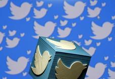 El logo de Twitter en 3D. en una ilustración fotográfica tomada en Zenica, Bosnia y Herzegovina. 26 de enero de 2016. Twitter ha estado ofreciendo acciones restringidas adicionales y bonos en efectivo a sus empleados para evitar la salida de personal, informó el diario Wall Street Journal. REUTERS/Dado Ruvic