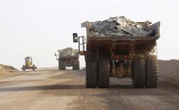 """Camiones de la compañía Bisha Mining Share cargados con cobre en Eritrea, feb 18, 2016. El mercado global de cobre refinado permanecería """"esencialmente equilibrado"""" en 2016 respecto a un pronóstico previo en octubre de un superávit de 175.000 toneladas, dijo el jueves el Grupo Internacional de Estudios del Cobre (ICSG).   REUTERS/Thomas Mukoya"""