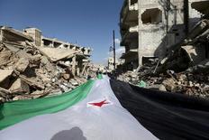Участники акции протеста несут флаг Свободной сирийской армии в пригороде Дамаска Джобаре. 3 марта 2016 года. Мировые державы, близкие к сирийским переговорам при посредничестве ООН, обсуждают возможность федерализации ближневосточного государства, которая бы обеспечила его целостность, но при этом предоставила широкую автономию региональным властям, сообщили дипломаты. REUTERS/Bassam Khabieh