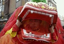 España recibió en 2015 una inversión directa china por valor de 470 millones de dólares, lo que supone un 48 por ciento menos que los 916 millones del año anterior, según un informe de Baker & McKenzie. Un hombre disfrazado de dragón durante un desfile por el nuevo año lunar chino que dio la bienvenida al Año del Mono, en Madrid el 13 de febrero de 2016. REUTERS/Andrea Comas