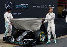 Hamilton e Rosberg apresentam carro da Mercedes em Montmelo, na Espanha. 22/2/2016.   REUTERS/Sergio Perez
