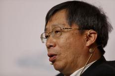 China flexibilizará su política monetaria para ayudar a responder a posibles perturbaciones globales, dijo el sábado el gobernador del banco central, Zhou Xiaochuan.  En la imagen de archivo, el vicegobernador del Banco Central Chino, Yi Gang, asiste a una conferencia del G20 en el distrito financiero de Pudong en Shanghái, China, el 25 de febrero de 2016. REUTERS/Aly Song