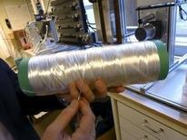 Los fabricantes de celulosa nórdicos están desarrollando formas limpias para convertir abedules y pinos en ropa o fundas de sofás para ayudar a reactivar su industria y satisfacer la demanda de las firmas de moda y muebles para los textiles alternativos al algodón. En la foto, el investigador Fredrik Aldaeus muestra una nueva fibra textil procedente de madera en el laboratorio de Innventia en Estocolmo el 8 de febrero de 2016.  REUTERS/Anna Ringstrom