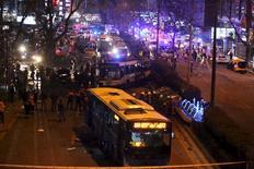 Спасатели работают на месте взрыва в Анкаре. 13 марта 2016 года. По меньшей мере 27 человек погибли и 75 получили ранения в результате взрыва автомобиля в центре турецкой столицы Анкары в воскресенье, сообщила администрация местного губернатора. REUTERS/Stringer