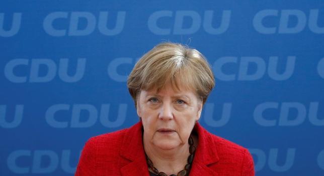 3月14日、ドイツ国内3州で行われた議会選挙で、難民受け入れに寛容な姿勢を示すメルケル首相(写真)の保守陣営が失速したことを受け、首相に政策転換を求める声が上がっている。(2016年 ロイター/Fabrizio Bensch)
