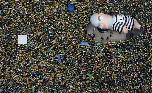 An inflatable doll known as ''Pixuleco'' of Brazil's former President Luiz Inacio Lula da Silva is seen during a protest against Rousseff, part of nationwide protests calling for her impeachment, in Sao Paulo, Brazil, March 13, 2016. REUTERS/Paulo Whitaker