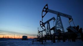 Станки-качалки Лукойла на Имолорском месторождении под Когалымом 25 января 2016 года. Цены на нефть снижаются, и их шестинедельный подъем может подойти к концу, так как на мировом рынке сохраняется избыток нефти. REUTERS/Sergei Karpukhin