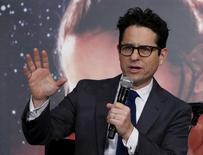 """Diretor J.J. Abrams fala sobre """"Star Wars: O Despertar da Força"""" no Japão. 11/12/2015 REUTERS/Yuya Shino"""