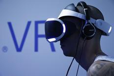"""Sony a annoncé mardi que le casque de réalité virtuelle destiné à sa console de jeu PlayStation, le """"PlayStation VR"""", serait lancé dans le monde entier en octobre au prix de 399 dollars (359 euros). /Photo prise le 28 octobre 2015/REUTERS/Benoît Tessier"""