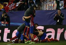 Jogadores do Atlético de Madri comemoram após eliminarem o PSV Eindhoven. 15/3/16.       REUTERS/Susana Vera