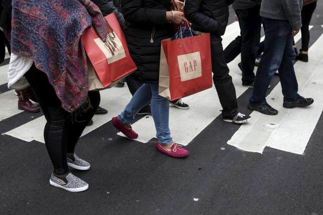 Shoppers cross 34th Street the day after Christmas in the Manhattan borough of New York December 26, 2015.     REUTERS/Carlo Allegri