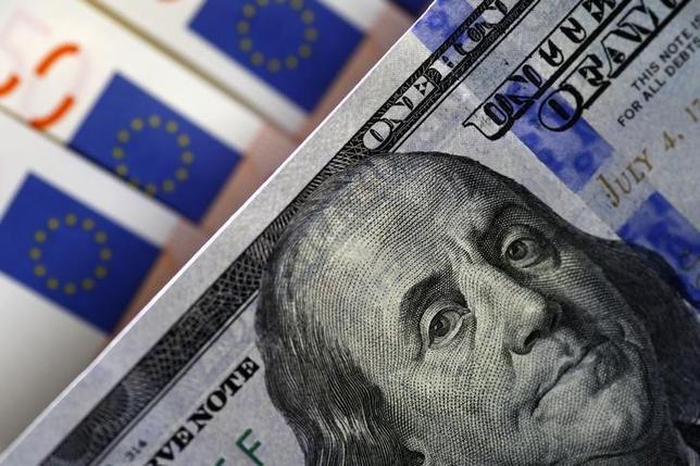 3月16日、終盤のニューヨーク外為市場では、ドルが急落した。写真はドルとユーロの紙幣、昨年3月撮影(2016年 ロイター/Stoyan Nenov)