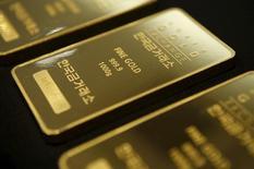 Килограммовые слитки золота на Корейской золотой бирже в Сеуле. Цены на золото продолжают расти после 2,5-процентного скачка в среду, вызванного решением ФРС уменьшить число планируемых в этом году повышений процентных ставок. REUTERS/Kim Hong-Ji