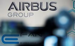Airbus Group, qui cède 4,38% à 12h07, accuse la plus forte des baisses de l'indice SBF 120, l'annulation de commandes d'A380 par Air France-KLM (-2,53%) s'ajoutant à la remontée de l'euro. Au même moment, l'indice CAC 40 recule de 1,8%. /Photo d'archives/REUTERS/Régis Duvignau