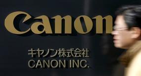 Un hombre camina junto al logo de Canon Inc. en la sede de la compañía en Tokio, 14 de enero de 2009.  Canon Inc acordó la compra de la unidad de equipo médico de Toshiba Corp de por 665.500 millones de yenes (5.900 millones de dólares), dijeron las compañías el jueves. REUTERS/Stringer/Files