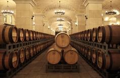 """El grupo chino Yantai Changyu Pioneer Wine <000869.SZ> quiere convertir la española Marqués del Atrio en el tercer grupo bodeguero español en el año 2020, mediante el crecimiento orgánico, un impulso de las exportaciones a China y de las importaciones de vino chino a través de su red de distribución.  En la imagen de archivo, barricas de vino en un """"château"""" del grupo  Changyu a las afueras de Pekín, el 17 de septiembre de 2010. REUTERS/Barry Huang"""