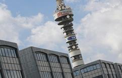Telecom Italia affiche une perte nette consolidée de 72 millions d'euros au titre de 2015, mais précise qu'il aurait dégagé un bénéfice d'environ 1,4 milliard d'euros hors charges exceptionnelles. /Photo d'archives/REUTERS/Max Rossi