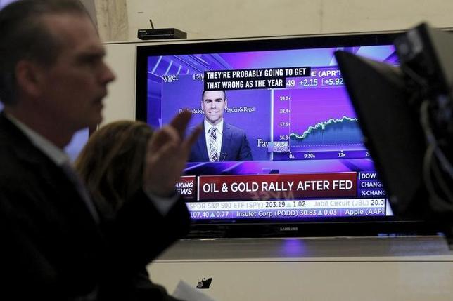 3月17日の米国株式市場は上昇。ダウ平均が年初来でプラスに転じた。写真はNY証券取引所のトレーダー、16日撮影(2016年 ロイター/Brendan McDermid)