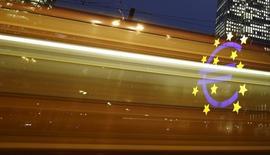 En la imagen, el logo del euro visto a través de unas luces por el paso de un tranvía  junto a la antigua sede del BCE, el 19 de enero de 2016. La agencia Moody's dijo que las calificaciones de la deuda soberana de la zona euro probablemente se mantendrán estable en el 2016-2017, pero un debilitamiento de la consolidación fiscal, un avance limitado en las reformas estructurales y el aumento de los riesgos políticos limitan el potencial alcista y crean riesgos a largo plazo. REUTERS/Kai Pfaffenbach