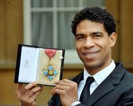 Bailarino Carlos Acosta posa com medalha em Londres.  12/2/2014.  REUTERS/John Stillwell/Divulgação