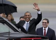 Обама рядом с министром иностранных дел Кубы Бруно Родригесом в аэропорте Гаваны.  Президент США Барак Обама в воскресенье прибыл на Кубу с историческим визитом, который открыл новую главу отношений между двумя странами после десятилетий вражды. EUTERS/Enrique De La Osa