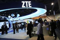 En la imagen, el mostrador de ZTE en la feria anual Consumer Electronics Show (CES) en Las Vegas, EEUU, el 8 de enero de 2014. El Departamento de Comercio de Estados Unidos levantaría esta semana las restricciones a las exportaciones que impuso al fabricante chino de equipos de telecomunicaciones y teléfonos inteligentes ZTE Corp por supuestas violaciones a las sanciones contra Irán. REUTERS/Robert Galbraith