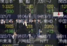 Personas se reflejan en una pantalla que muestra información bursátil, afuera de una correduría en Tokio, Japón. 14 de enero de 2016. La mayoría de las bolsas de Asia cedía el lunes después de tres semanas consecutivas de ganancias debido a que un declive en los precios del petróleo aumentó la cautela de los inversores, pero las pérdidas eran limitadas por la esperanza de que China pronto podría recortar las tasas de interés. REUTERS/Toru Hanai