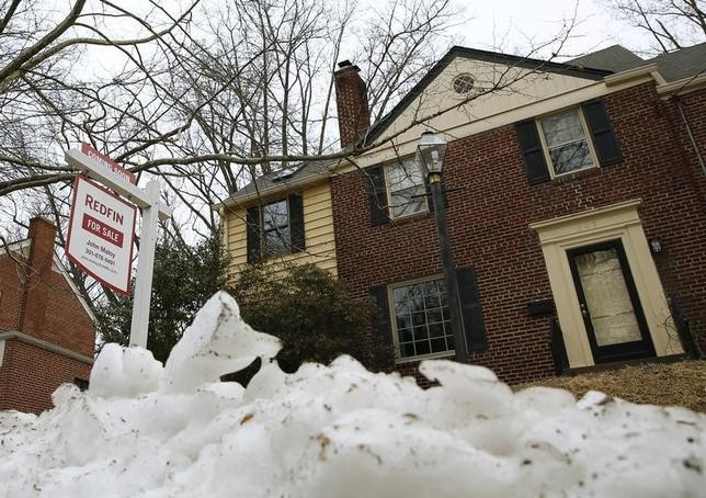 3月21日、2月の米中古住宅販売は年率換算で前月比7.1%減の508万戸と、11月以来の低水準だった。写真はメリーランド州の中古住宅物件の看板。2014年2月撮影。(2016年 ロイター/Gary Cameron)