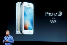 Greg Joswiak, vice-président d'Apple. La firme de Cupertino a lancé lundi un nouveau modèle d'iPhone, l'iPhone SE, plus petit et moins cher que les modèles les plus récents, une nouveauté qui vise les pays émergents au moment où le groupe américain doit faire face à la baisse des ventes de son produit phare. Son prix de base a été fixé à 399 dollars. /Photo prise le 21 mars 2016/REUTERS/Stephen Lam