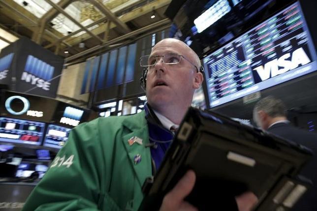 3月21日、米国株式市場はほぼ横ばいで終了。通信やヘルスケアなどのディフェンシブ銘柄が買われた。ニューヨーク証券取引所で16日撮影(2016年 ロイター/Brendan McDermid)