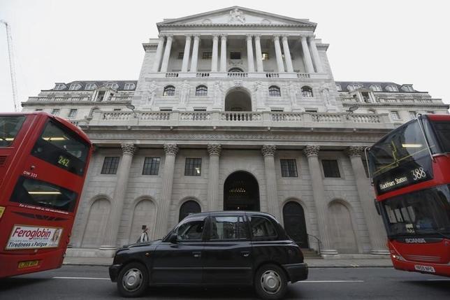 3月21日、イングランド銀行(英中央銀行、写真)金融政策委員会のフォーブス委員は、ここ数年の英国の経常赤字の要因である越境投資が、欧州連合(EU)離脱の是非を問う国民投票が6月23日に実施されるまでの先行き不透明感の高まりをある程度和らげるとの見方を示した。2015年12月撮影(2016年 ロイター/Luke MacGregor)