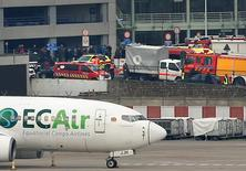 Машины скорой помощи и спасательных служб в аэропорту Брюсселя. 22 марта 2016 года. До 10 человек погибли в результате двойного взрыва в аэропорту Брюсселя во вторник, сообщил бельгийский телеканал RTBF со ссылкой на источники в близлежащей больнице, которая приняла пострадавших. REUTERS/Francois Lenoir